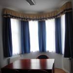 Arkýřové okno v kancelářském prostředí řešeno kovovými kolejničkami